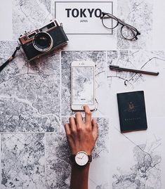 8 Things To Remember Before Traveling To A Foreign Country (PROJECT INSPO) Behold, the ultimate pre-travel checklist. Make sure your passport doesn't expire soon. Many countries will not permit travelers to enter the country unless their passports wi Travel Checklist, Travel Essentials, Flat Lay Photography, Travel Photography, Photography Ideas, Travel Flatlay, Foto Instagram, Instagram Travel, Photos Voyages