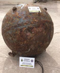 El artefacto, que no revestía peligro, fue trasladado por buceadores de la Armada con apoyo de una grúa