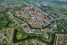Middelburg, Nederland, 15 mei 2014.Middelburg is  aangelegd  als ringwalburg in de 9e eeuw ter verdediging tegen de Noormannen, binnen de ring werd omstreeks 1123 een klooster gebouwd, de Abdij van Middelburg dat tegenwoordig dienst doet als het provinciale bestuurscentrum van Zeeland. .Economische opleving van de stad leidde tot stadsuitbreidingen. De eerste kwam in 1578-'91 tot stand aan de noordoostzijde van de oude haven, deze eerste uitbreiding vormde het startpunt van een ringvormige…