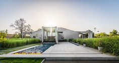 Outhouse von MISA Architects in Vansajada, Indien - Dekoration De Living Environment, Built Environment, Architecture Details, Landscape Architecture, Green Terrace, Architect Drawing, Weekend House, Roof Structure, Curb Appeal