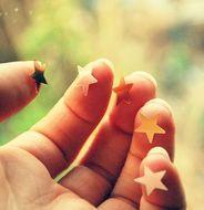 """""""Deitada na grama, o céu empoeirado de estrelas. Passei o dedo e - curioso - algumas vieram grudadas na ponta. Olhei para cima e assoprei. Foi tanta estrela caindo que agora eu mal consigo enxergar de tanta esperança!..."""" (rita apoena)"""