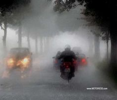 Every rider needs to be capable of handling themselves when the weather takes a turn for the worse. Use these tips for Riding Your Motorcycle in Heavy Rain. Hud Motorcycle Helmet, Motorcycle Events, Motorcycle Travel, Motorcycle Touring, Beginner Motorcycle, Rain Head, German Helmet, Road Markings, Kids Canvas