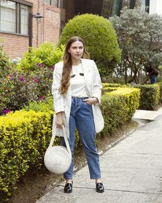 Rope bag, vintage blazer with gold buttons and checked print, mom jeans with casual t shirt. Gold chocker necklace layered with a long one. Blonde girl, patent loafers. Streetstyle, carolina llano, Bogotá. Casual but classic Gold Chocker Necklace, Patent Loafers, Casual T Shirts, Mom Jeans, Hipster, Buttons, Street Style, Blazer, Bag