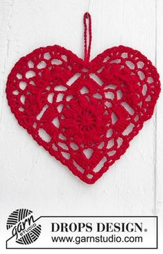 Crocheted heart for Christmas. The piece is worked in DROPS Safran. gratis nach Hause Home Is Where. / DROPS Extra - Free crochet patterns by DROPS Design Crochet Diy, Crochet Amigurumi, Crochet Motifs, Thread Crochet, Crochet Gifts, Ravelry Crochet, Drops Design, Crochet Lace Collar, Crochet Hearts