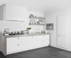 Mooi contrast tussen het (donker) grijze werkblad en de witte keuken