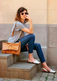 Street style de look básico de verão com avarca