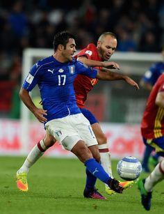 Andres Iniesta of Spain challenges Eder of Italy during the FIFA 2018 World Cup Qualifier between Italy and Spain at Juventus Stadium on October 6, 2016 in Turin, Italy.
