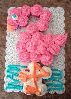 cool I love this Pink Flamingo Party Cake! Get the BEST Birthday Pull Apart Cupcake Cakes. Simple creative cake inspiration for a birthday party . Flamingo Cupcakes, Cupcakes Flores, Pink Flamingo Party, Flamingo Birthday, Luau Birthday, Pink Flamingos, Birthday Parties, Cake Birthday, Birthday Cakes For Girls