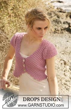 """Short DROPS top in 2 threads """"Alpaca"""" with short sleeves and berry pattern. Size S – XXXL. ~ DROPS Design"""