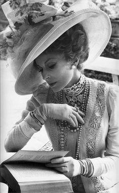 "Silvana Mangano in ""Death in Venice"" (Luchino Visconti, dir) Victorian Women, Edwardian Era, Edwardian Fashion, Vintage Glamour, Vintage Ladies, Gold Movie, People Reading, Divas, Luchino Visconti"