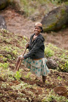 Mujer trabajando en el campo. Madagascar