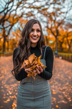Spots to take photos in NYC during fall - Andreina Valderrama<br> Fall Photo Shoot Outfits, Senior Photo Outfits, Fall Outfits, Fall Photo Shoots, Photoshoot Ideas, Autumn Photography, Girl Photography Poses, Selfie Foto, Fall Senior Pictures