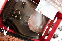 Boots Camp Lona diseñadas en piel grabada con tubo de lona con látigos desmontables con estoperoles.  De venta www.kichink.com/stores/brahavoscalzado