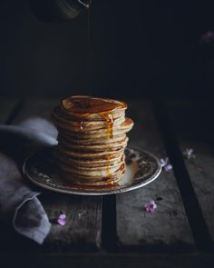 I'm back with a stack of delicious spelt sour dough pancakes with browned butter and maple syrup + the most beautiful linen napkin from @sondeflor