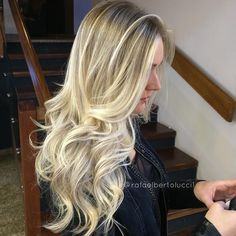"""Está cada dia mais gostoso criar diferentes profundidades de luminosidade mesclando mechas largas com mais finas.Com a super ajuda da minha colorista…"" Long Layered Hair, Long Hair Cuts, Long Hair Styles, Gorgeous Hair, Love Hair, Sombre Hair, Light Hair, Blonde Highlights, How To Make Hair"