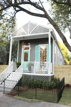 Sarah Martzolf restores a rundown shotgun house in New Orleans, creating an… Tiny House Exterior, Exterior House Colors, Exterior Paint, Tiny House Living, My House, Shotgun House Interior, New Orleans Homes, Tiny House Plans, Beach Cottages