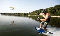 En un afán por hacer más extremo algo que ya es extremo de por sí, estos chicos han decidido probar el wakeboard con una avioneta como vehículo de arrastre.