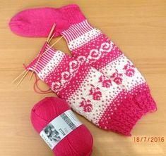 Ruusuja, ruusuja,ruusuja... Näin hempeällä päällä mummi on, kun oikein pinkkiä sukkaa pukkaa. Intarsia Knitting, Knitting Socks, Knitted Slippers, Wool Socks, Fair Isle Pattern, Wrist Warmers, Fair Isle Knitting, Sweater Design, Knitting Projects
