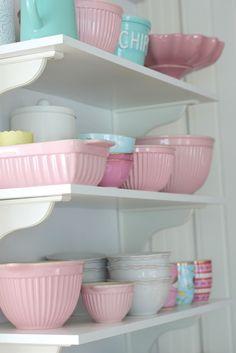 Pink bowls, IB Laursen, white kitchen shelf