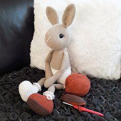 Haak-gelukjes: Mijn lieve Willenein Crochet Bib, Crochet Rabbit, Crochet Dolls, Baby Crafts, Easter Crafts, Diy And Crafts, Doll Patterns, Crochet Patterns, Amigurumi Toys