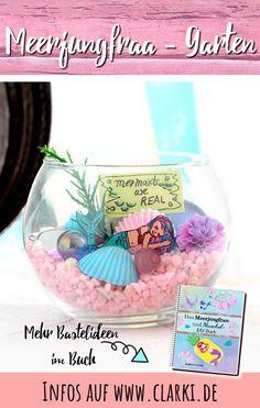 Das ultimative DIY-Buch rund um die Themen Meerjungfrau und Muscheln ist endlich da! Gestalte deinen eigenen Meerjungfrau-Garten, kreiere zauberhaftes Unterwasser-Jelly oder stelle ganz leicht deinen eigenen Meerjungfrau-Flossenhalter her. Das Bastelbuch zeigt Dir, wie es geht und welche tollen DIY-Ideen es mit Muscheln und Meerjungfrauen gibt.  #diy #basteln #meerjungfrau #clarkidiy #affiliate #werbung #buch #ebook #muschel #sommer #kinder Snow Globes, Decor, Creative Ideas, Craft Instructions For Kids, Picnic Ideas, Summer Diy, Summer Kids, Mermaids, Decoration