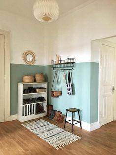 Flur-Liebe mit Wandfarbe in Mint und hübschem Stauraum für Schuhe und Taschen! #altbau #scandi #spiegel #regal