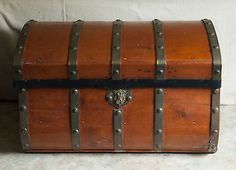 Antique-Jenny-Lind-Stagecoach-Trunk