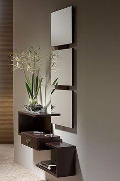 Mueble para entrada de estilo moderno con estantes y cajón escalonados. Incluye un espejo formado por tres módulos, de manera que se trata de un mueble muy original y novedoso.: