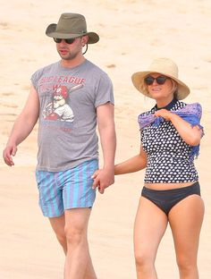 Funny peeps Nick Kroll and Amy Poehler kept low profiles under floppy hats and sunnies, as they walked hand-in-hand on a Mexico beach!