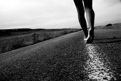 IMAGENS753: Mulher-caminhando-pela-estrada-descalça-e-sozinha