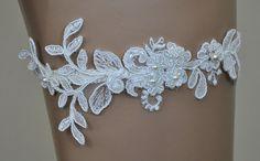 Ein einzigartiges Strumpfband gefertigt aus Spitze, bestickt mit Perlen. Die Komposition überzeugt durch ihre Zartheit.  Farbe: elfenbein  Länge der Komposition: ca. 15 cm Breite der...