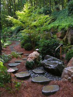 fontaine de jardin en bambou et pierre et allée en pas japonais