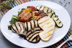 L'insalata con verdure e scamorza grigliate è un gustoso e fresco piatto unico ideale per chi ama l'unione di verdure e formaggi grigliati e morbidi.