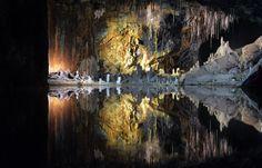 """Steter Tropfen baut den Stein - Seit 100 Jahren steigen Besucher hinab in eine Tropfsteinhöhle, die das Guinness-Buch der Rekorde als """"farbenreichste Schaugrotte der Welt"""" adelte. Zum Reisebericht: http://www.nachrichten.at/reisen/Steter-Tropfen-baut-den-Stein;art119,1405875 (Bild: Marlis Heinz)"""