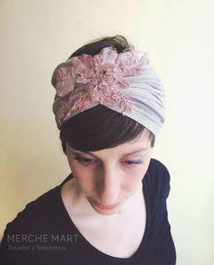 turbante en sinamay de seda con aplicaciones de guipur y hojas en terciopelo