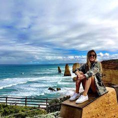 12 apóstolos: lugar único considerado uma das 10 maravilhas naturais do mundo são colunas de arenito de até 45 metros de altura esculpidas pelo vento e pelas ondas. Hoje restam apenas oito colunas que juntas formam um cenário incrível diferente de tudo que eu já tinha visto!  #12apostles #victoria #australia #seeaustralia #day36 #oimundo #aroundtheworld by oigurias http://ift.tt/1ijk11S