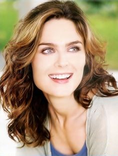 Zooey Deschanel Natural Hair Color Inspirational Emily Deschanel Emily Deschanel Temperance Brennan On The Emily Deschanel, Medium Hair Cuts, Medium Hair Styles, Thick Wavy Haircuts, Amy Adams, Hair Lengths, Pretty People, Her Hair, Hair Beauty