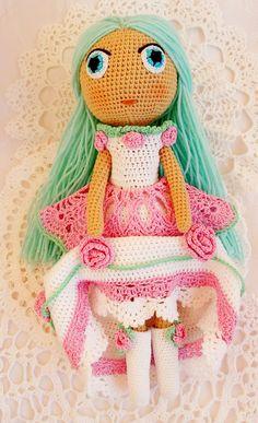 Мятная Конфетка по имени Зарислава Елизаровна))  Очень серьезная девушка. Но не смотря на это, любит шумные балы, отдых в большой веселой компании и путешествия.  Ростом 30 см. Сама куколка и волосы связаны из нежного детского итальянского хлопка.  Платье, сапоги и брошка для волос из 100% мерсеризованного хлопка и ириса.  Наполнитель - холлофайбер. Вся одежда снимается.  И куколка и одежда легко переносят ручную стирку шампунем.
