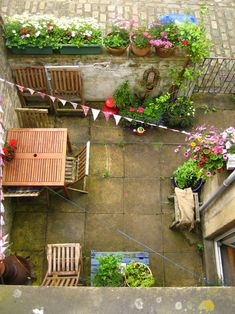 Love this overview of the intimate little space.  Pennants strung across the top-----love!
