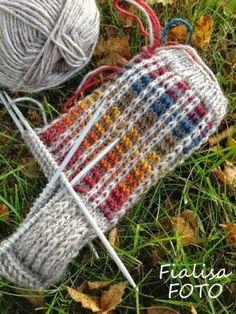 Fru Fialisa: Höstprojekt Knitted Slippers, Wool Socks, Knit Mittens, Knitting Socks, Knitting Stitches, Hand Knitting, Knitted Hats, Knitting Patterns, Crochet Patterns