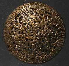 Gold Medieval Brooch in the National Museum at Reykjavik, Iceland. Viking Life, Viking Art, Viking Warrior, Viking Woman, Medieval Jewelry, Viking Jewelry, Medieval Art, Wiccan Jewelry, Real Vikings