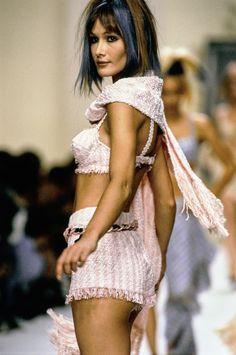 Chanel Spring 1994 Ready-to-Wear Fashion Show - Carla Bruni Couture Fashion, 90s Fashion, Runway Fashion, Fashion Models, High Fashion, Fashion Show, Vintage Fashion, 90s Models, Chanel Fashion