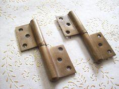 Cerniere dell'annata Italia spazzolato in ottone per porte Antique Hinges, Usb Flash Drive, Antiques, Vintage, Italia, Antiquities, Antique, Usb Drive
