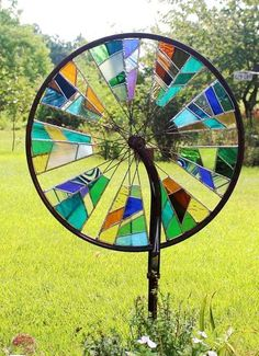 Bicycle Wheel Mosaic: A genius, an old bicycle wheel w .- Fahrrad-Rad-Mosaik: Eine Genialität, ein altes Fahrrad-Rad wiederzuverwenden Bike Wheel Mosaic: A Genius to Reuse an Old Bike Wheel – House Decorations - Stained Glass Projects, Stained Glass Patterns, Stained Glass Art, Mosaic Glass, Fused Glass, Blown Glass, Tiffany Stained Glass, Mosaic Patterns, Clear Glass