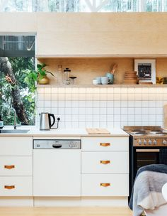 The Brisbane Design Duo With A Human-Centred Approach - The Design Files New Kitchen Cabinets, Kitchen Dining, Kitchen Decor, Kitchen Lighting Design, Kitchen Lighting Fixtures, Cabin Interior Design, Interior Design Kitchen, Cabin Design, Plywood Furniture