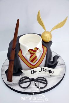 Harry Potter Inspired Witches & Wizards Birthday Party Stationery & I. Bolo Harry Potter, Gateau Harry Potter, Harry Potter Birthday Cake, Harry Potter Food, Harry Potter Style, Harry Potter Theme, Crazy Cakes, Disney Cakes, Creative Cakes