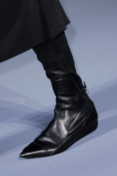 Black leather pointed toe flat boots. Roland Mouret RTW FW 2014 #PFW. Photo: Imax Tree