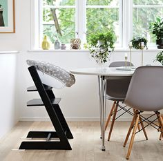 STOKKE STORIES: The Tripp Trapp has found its natural place in the dining area, and the couple chose the black color to go along with the interior, which for the most parts is monochrome with lots of green plants as a contrast.