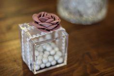 ΜΠΟΜΠΟΝΙΕΡΑ ΓΑΜΟΥ κουτί plexiglass με δέσιμο από υψηλής ποιότητας κορδέλα δαντέλα, λουλούδι υφασμάτινο και Κουφέτα Πέρλες Χατζηγιαννάκη. Diy Paper
