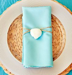Simple Sea Shell Decor Ideas for the table! http://www.completely-coastal.com/2015/04/summer-crafts-sea-shell-napkin-rings.html